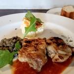 105942618 - 日替り黒板ランチ 鶏もも肉のグリル トマトのケッパー アンチョビオイルソース