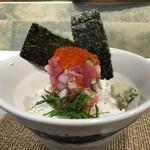 プレミアムレストラン 東京 金のダイニング 鮪金 - いくら、まぐろ、いか、貝、きゅうり、大葉、ねぎが入っています