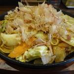 お好み焼き・一銭洋食 福○ - 鉄板皿に盛られてアツアツの焼きそば