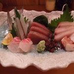 魚・旬菜小料理ととや - 刺身盛り合わせです。