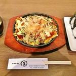 お好み焼き 焼きそば まる真 - お好み焼き・肉(680円+税)、おにぎり(2ヶ)セット(300円+税)
