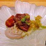 粋・丸新 - 牛肉の炙り・蒟蒻フライ