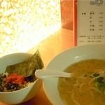 楽観 - 白いスープに高菜めし、パッと見は九州ぽいね