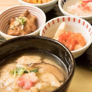 名物の「湯葉丼」をお楽しみください。