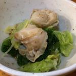 飛騨路 - お通しのホタテとキャベツ、青梗菜の煮浸し