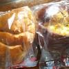榊原ベーカリー - 料理写真:右がとうもろこしパン130円 左がりんごパン130円です