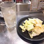 博多串焼き バッテンよかとぉ - メガハイボールと付き出しキャベツ