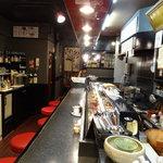 寿司奴 - カウンターは10席、お子様用のイスも用意してますのでご家族でもご利用できます。