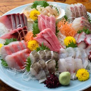 鮮度抜群の魚介料理を、お好みの一杯とともに味わう
