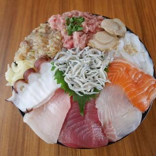 新鮮なとろやうに、いくらで作った数々の海鮮丼は必見です!