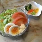 喫茶あおき - オムライスセットのサラダと漬物