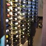 The Wine - 壁一面にワインボトルがぎっしり
