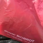 ベッカライ ビオブロート - 赤い袋ぶら下げて…