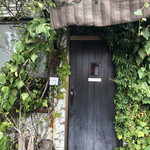 ビストロ カノン - 蔦におおわれたお店の入り口
