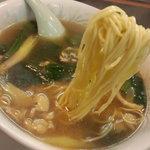 10606200 - 麺は玉子たっぷりの自家製らしい。ヽ(´ー`) しなやかな麺だ。