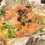 オーノ ボーノ - 料理写真:生ハムと野菜のサラダのピザ