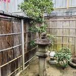 玄 - 暖簾をくぐると風情がある門構えに灯籠。古の奈良ならではの空気感。。。