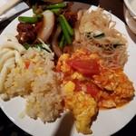 台北夜市 - 手前のトマトと卵の炒め物と、ビーフン?が美味しかった。
