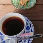 自然カフェ ナチュレ - ドリンク写真:ホットコーヒーと、サービスでだしてもらった焼菓子。