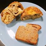 テコナ ベーグルワークス - 上のベーグルはゴーダチーズがごろごろ!キャロットケーキはスパイスが効いてます。両方ワインにも合いそうよ。