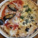 Pizzeria Famiglia - フルッティ・ディ・マーレ&クワトロフォルマッジのハーフ&ハーフピザ(2019.3.18)