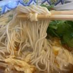 中国ラーメン揚州商人 - スーラータンメン920円+パクチー150円の麺のアップ