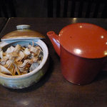 10613542 - テーブル上に置かれていた揚げそば?と、蕎麦湯