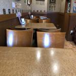 ヤーマ・カーマ - 店内テーブル席