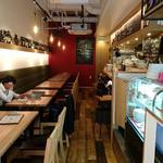 タヴェルナ・エ・ピッツェリア サルーテ - Taverna e Pizzeria Salute @東葛西 カジュアルで明るい雰囲気の店内