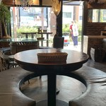 KITCHEN BAR 新目黒茶屋 - 丸テーブル席も用意