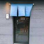 燈火 - シックな店構え。町田第2踏切から町田街道に伸びる道沿い左手にあります。