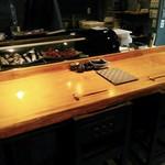 燈火 - 奥行きのあるカウンター席は10席くらいだったかな。他に4人掛けのテーブルが2つ。