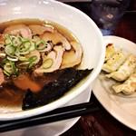 翔鶴 - 料理写真:炭焼焼豚麺と、餃子。野菜。