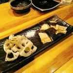 燈火 - 野菜の炭火焼きは蓮根とジャンボ椎茸。それぞれ600円(税別)。蓮根の自然な甘みの強さが印象的。美味しいお塩で頂く。