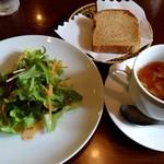106150542 - ランチのサラダ、スープ、パン