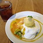 ココノハ - マンゴーとキウイのフルーツパンケーキ(860円外税) セットアイスストレートティー(200円外税)