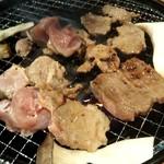 炭火焼肉食べ放題カルビ市場 - 焼く途中