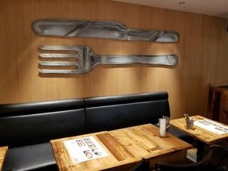 HOUSE MADE 横浜ジョイナス店 - 店内のテーブル席