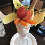 フルーツファーム果楽土 shop&cafe - ★★★☆ フルーツパフェ 下の方のフローズンフルーツがちょっと残念