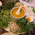 Vientiane Kitchen - 料理写真:①蟹のカレーココナッツミルクのサラダスープとライスヌードルと野菜350バーツ(≒約1225円)