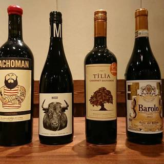 お肉に合うものをオーナーが厳選!赤をメインに揃える「ワイン」