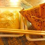 中華粽専門店 龍鳳 - 粽と角煮バーガー。小さなテーブルでいただきました。
