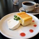 Salut - ホットコーヒー&チーズケーキ(400円)