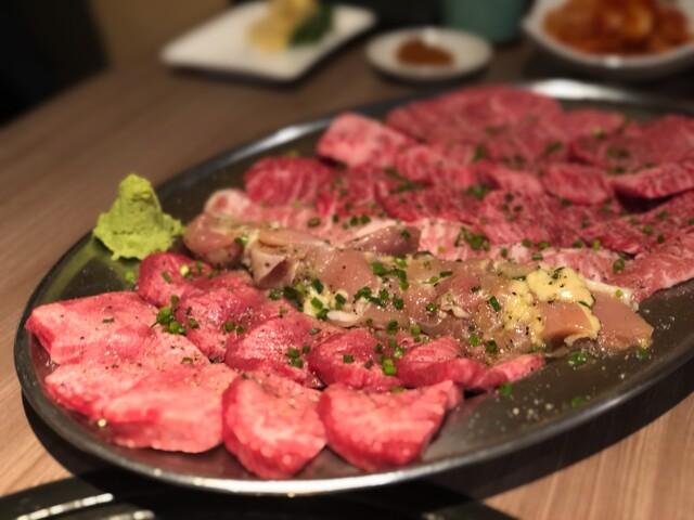 肉と日本酒の料理の写真