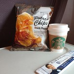 スターバックス・コーヒー - 料理写真:ティーラテほうじ茶(S)(400円)ポテトチップスブラックペッパー(210円)