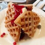茶房こもん - 木苺とクリームチーズのアイスクリームワッフル(730円)