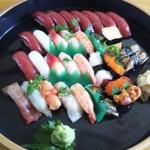 玄海鮨 - 松にぎり 1  竹にぎり 1  梅にぎり 1  マグロにぎり 1でこんな感じ