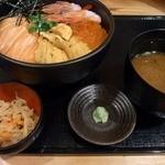 海力家 瓦町漁場 - 海鮮スペシャル1,050円です。 メインの海鮮丼に味噌汁、小鉢、山葵がお盆の上に乗っての登場です。
