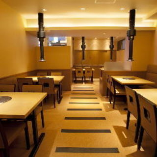 1Fテーブル席。ゆったりとしたスペースで幅広いご利用シーンにどうぞ。