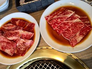 焼肉の名門 天壇 銀座店 - 左/肩ロースランチ、右:天壇ロースランチ